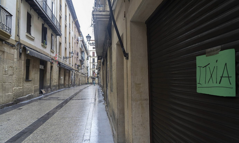 Taberna guztiak itxita atzo arratsaldean, Donostiako Parte Zaharreko Juan de Bilbao kalean. ©ANDONI CANELLADA / FOKU