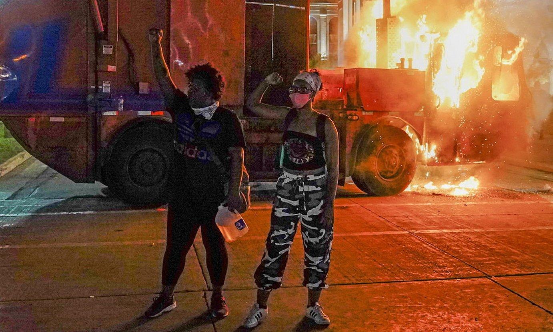Bi protestari su emandako ibilgailu baten aurrean, Kenoshan. ©TANNEN MAURY / EFE