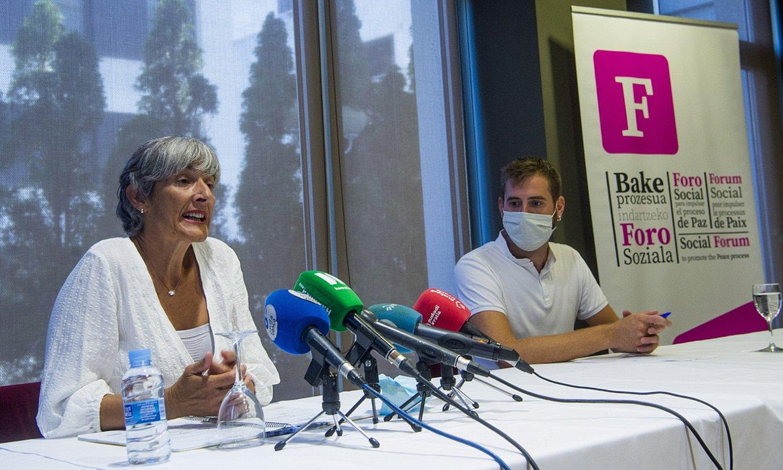 Foro Sozialeko Nekane Alzelai eta Tasio Agirrezabalaga, atzo, Donostian. ©LUIS JAUREGIALTZO / FOKU