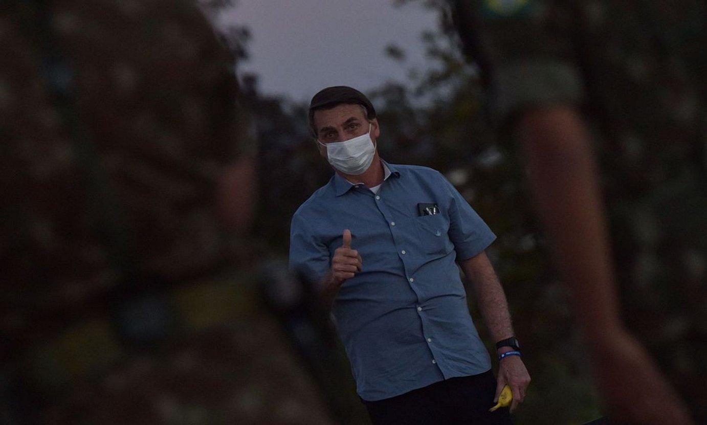 Jair Bolsonaro, Brasilgo presidentea, maskara jantzia duela. ©ANDRE BORGES / EFE