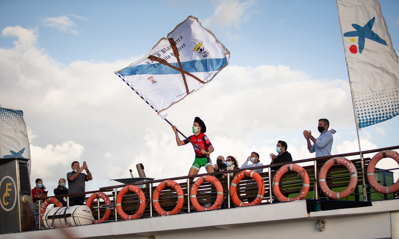 Ioseba Amunarriz, Hondarribia taldeko patroia, atzo Aresen irabazitako bandera astintzen, agintarien itsasontzian. ©AITOR ARRIZABALAGA / EUSKO LABEL LIGA