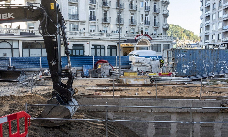 Makinak, Donostiako metroaren lanetan gertaturiko zuloa hormigoiz estaltzen, atzo, Londres hotelaren parean. ©JON URBE / FOKU