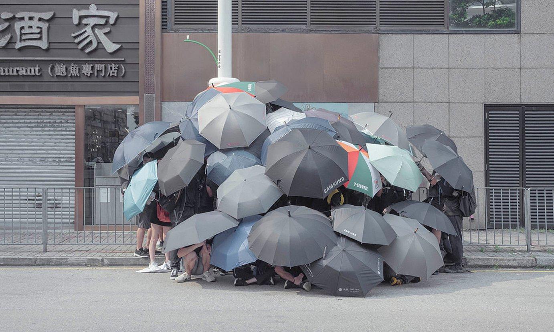 Manifestari talde bat Hong Kongen, 2019ko protestetan, poliziaren aurpegi identifikaziorako gailuei izkin egin nahian. ©THADDE COMAR