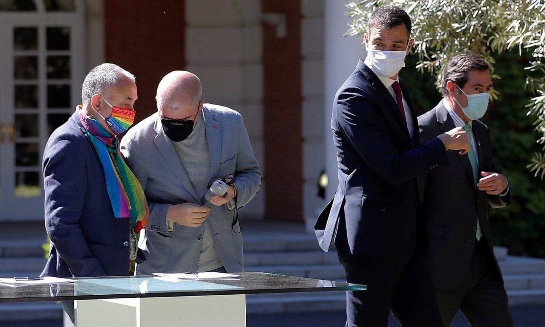 UGTko eta CCOOko idazkari nagusiak, Pedro Sanchez gobernuburuarekin eta CEOEko buruarekin batera, uztailean. ©C. M. / EFE