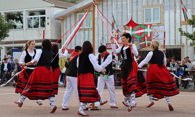 Orok Bat dantza taldea Saint-Pierre eta Mikeluneko herritarrek osatzen dute, eta euskal dantzak dantzatzen dituzte. ©BERRIA