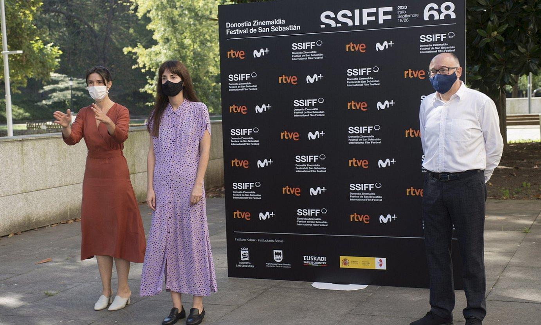 Ruth Perez Anuzita, Maialen Beloki eta Jose Luis Rebordinos, atzo, Donostian egindako agerraldian. ©JUAN CARLOS RUIZ / FOKU