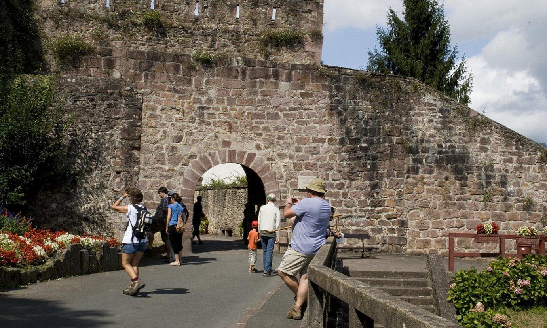 Donibane Garaziko harresia XIII. mendean eraiki zuten, hiria sortzean. ©MAITE SNIEG