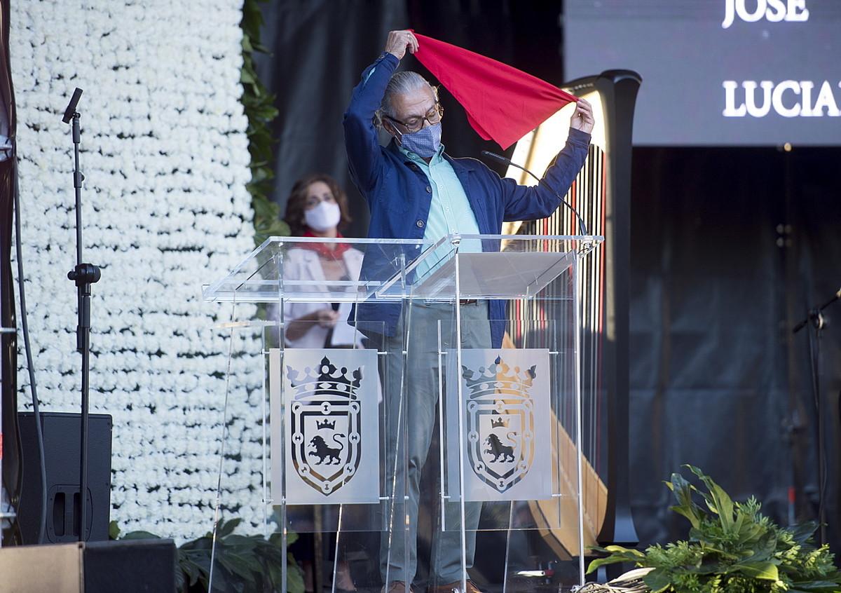 Vicente Estremera mediku erretiratuak Iruñeko Zapia jaso zuen, atzo, udalaren eskutik. ©IÑIGO URIZ / FOKU