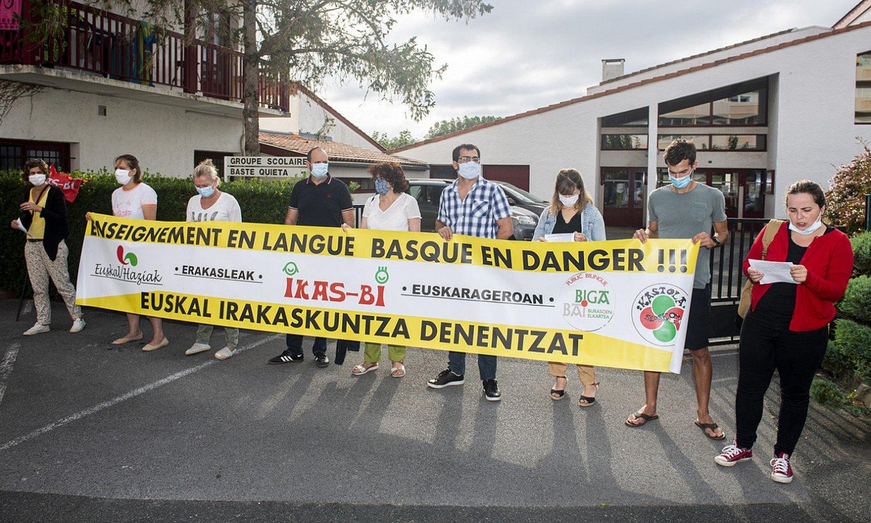 Euskal Konfederazioko eta guraso elkarteetako kideak, atzo, Hiriburuko Baste Quieta eskola aitzinean. ©GUILLAUME FAUVEAU