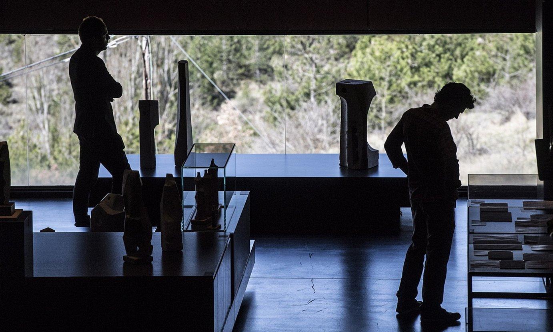 Bisitari bat artelanei begira, Oteiza museoan. ©JAGOBA MANTEROLA / FOKU