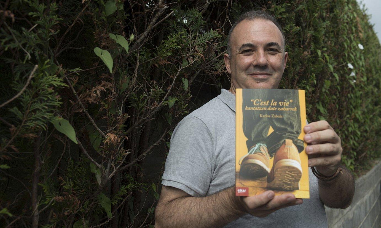 Karlos Zabala idazlea<em>,'C'est la vie' esaten dute zaharrek</em> bere liburu berria eskuetan duela. ©JUAN CARLOS RUIZ / FOKU