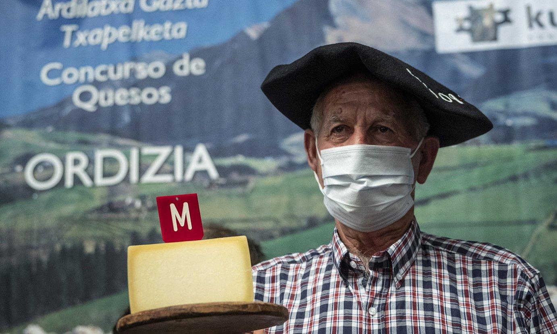 Pascual Lopez de Uralde, atzo, irabazlearen txapela jantzita, Ordizian. ©JON URBE / FOKU