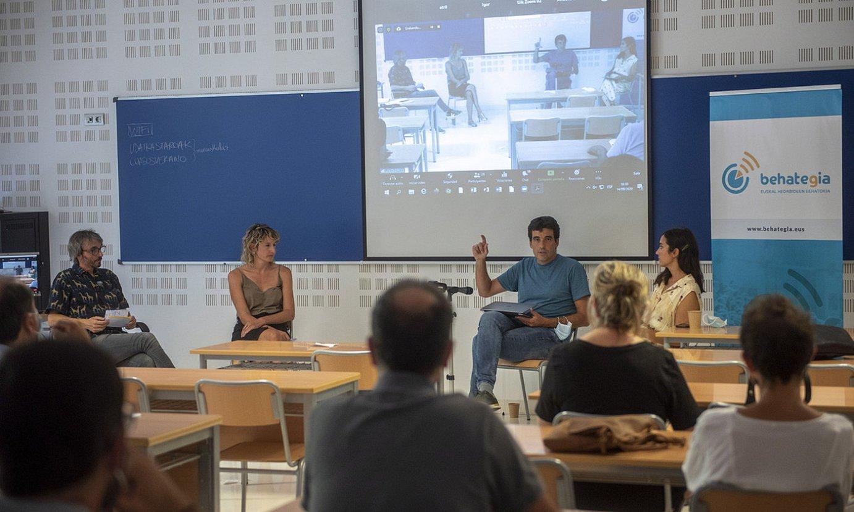 Josu Aztiria (Elhuyar), Lorea Arakistain (Puntueus), eta Josu Azpillaga eskua altxatuta (CodeSyntax), atzo, Donostian. ©GORKA RUBIO / FOKU