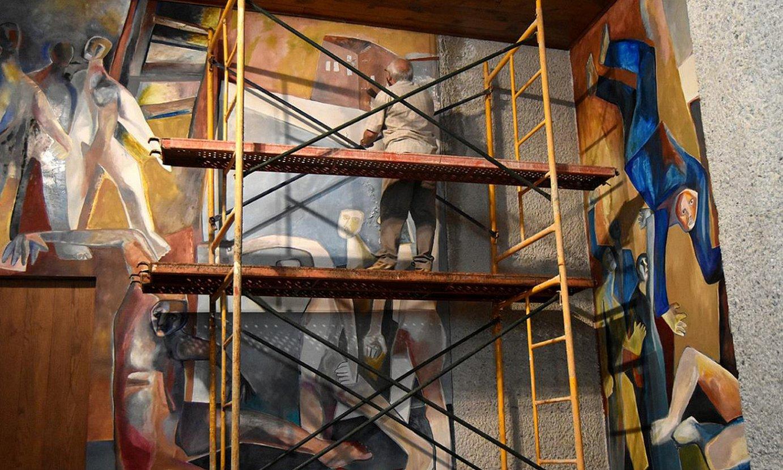 Xabier Egaña Arantzazuko muralaren zaharberritze lanetan. ©JUAN AYESTA