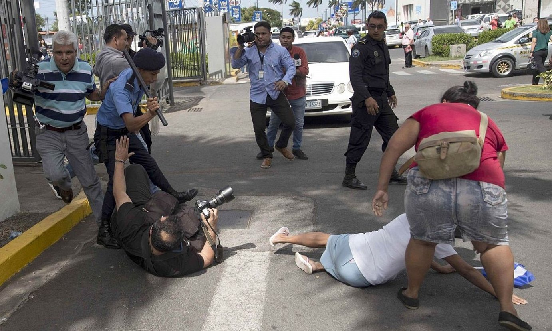 Nikaraguako poliziak preso politikoen aldeko manifestazio baten berri ematen ari zen Oscar Navarrete kazetaria jotzen, joan den abenduan. ©JORGE TORRES / EFE