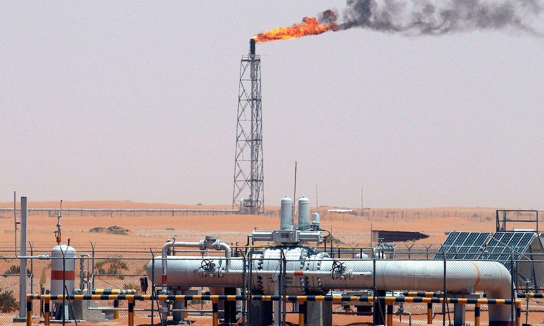 Petrolio putzu bat Khuraiseko basamortuan, Saudi Arabian. ©ALI HAIDER / EFE