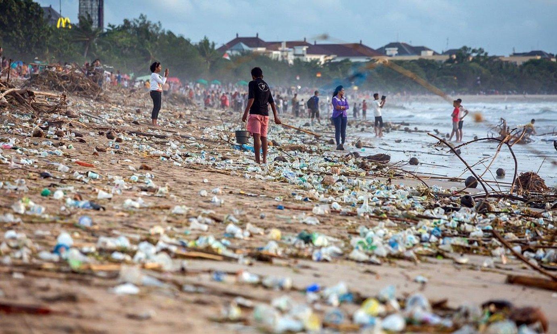 Itsas ekosistemetako arazo bat da plastikoaren pilaketa. ©MAXIM BLINKOV / EFE