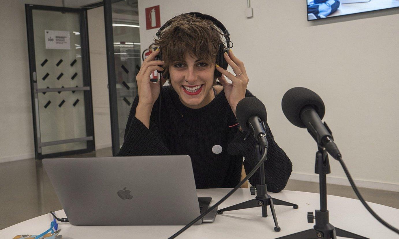 Maider Galardi kazetariak aurkezten du podcast saioa. ©ANDONI CANELLADA / FOKU