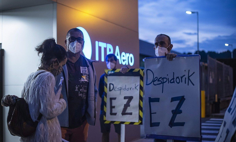 ITP Aeroko langileen protesta, Zamudioko egoitza nagusiaren aurrean, atzo goizean. ©ARITZ LOIOLA / FOKU