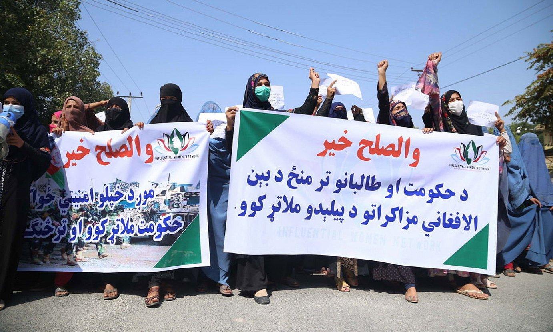 Emakume talde bat su-etenaren eta bakearen alde manifestatzen, herenegun, ekialdeko Jalalabaden. ©G. HABIBI / EFE