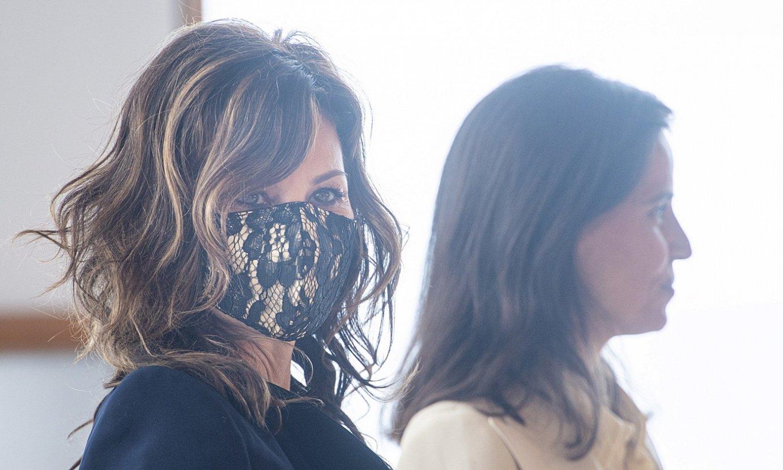 Gina Gershon eta Elena Anaya aktoreak, atzo, Donostiako Zinemaldian egindako agerraldian. ©JON URBE / FOKU