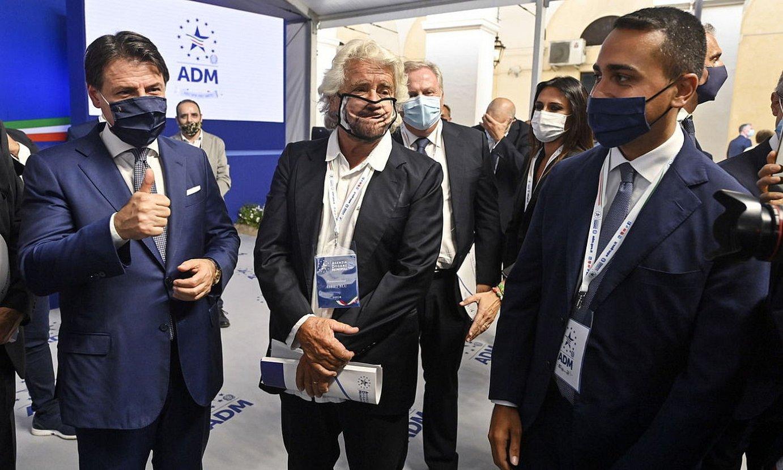 Giuseppe Conte Italiako lehen ministroa, Beppe Grillo M5Sren sortzailea eta Luigi Di Maio Italiako Atzerri ministroa, hilaren hasieran, Erromako ekitaldi batean. ©RICCARDO ANTIMIANI / EFE