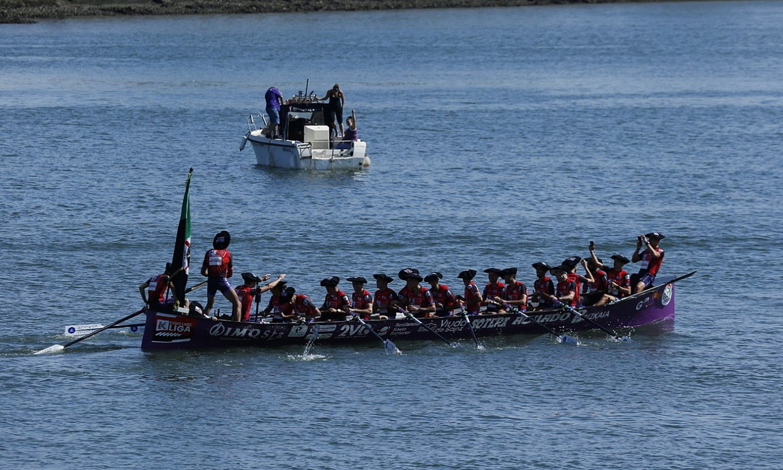 Santurtzi igandean, Portugaleten, estropadan irabazitako bandera eta Eusko Label ligako garaikurrekin, lehorrera bidean. ©ARITZ LOIOLA / FOKU