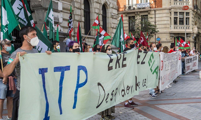 ITP Aeroko langileek atzo Bilbon eginiko manifestazioaren amaiera. Ezkerretik eskuinera, ELAren, UGTren eta CCOOren pankartak. ©MARISOL RAMIREZ / FOKU