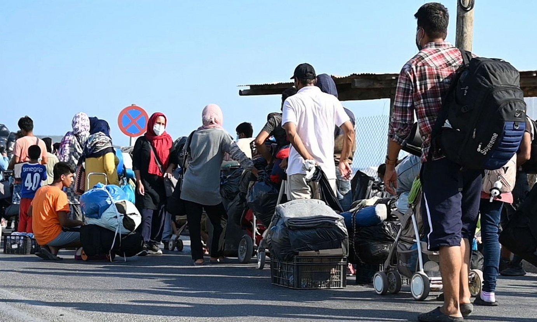 Migratzaile talde bat Lesboseko kanpaleku berrira sartzeko ilara egiten, Grezian. ©VANGELIS PAPANTONIS / EFE