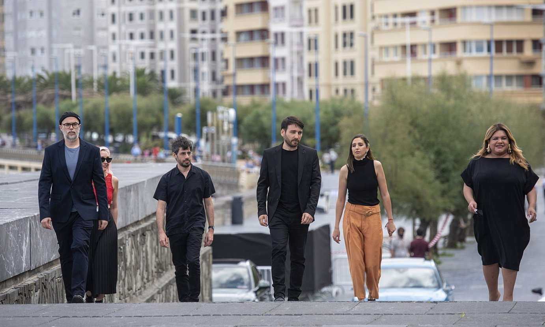 Eduardo Crespo zinemagilea, <em>Nosotros nunca moriremos</em> filmeko lantaldeko hainbat kiderekin, atzo. ©GORKA RUBIO / FOKU