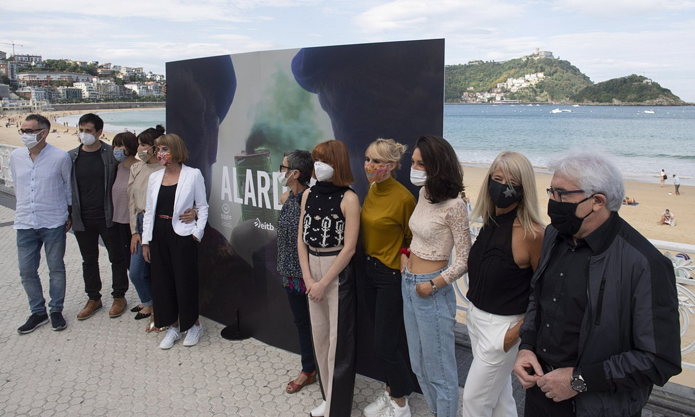 <em>Alardea</em> telesaileko lantaldea, atzo, Donostian egin zuten aurkezpenean. ©JAGOBA MANTEROLA / FOKU