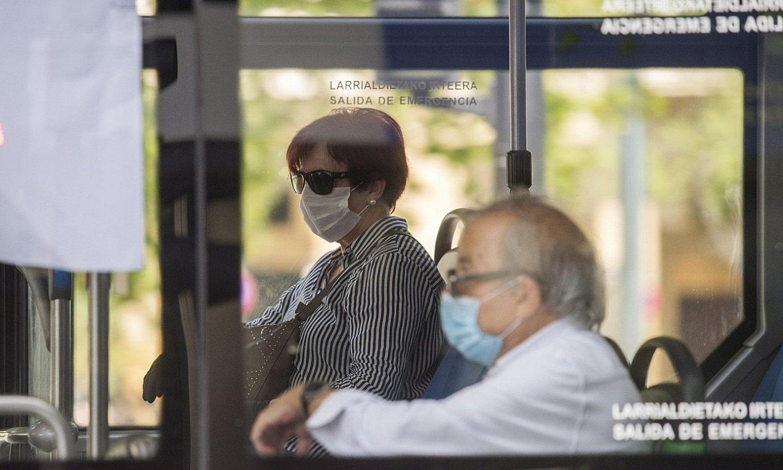 Bi pertsona maskarak soinean daramatzatela, autobusean. ©JUAN CARLOS RUIZ / FOKU