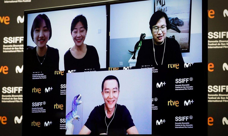 Zhou Ziyang —goian, eskuinean— bideokonferentziaz mintzatu zen atzo bere filmari buruz, ekoizleek eta aktore protagonistak lagunduta. ©JAVIER ETXEZARRETA / EFE