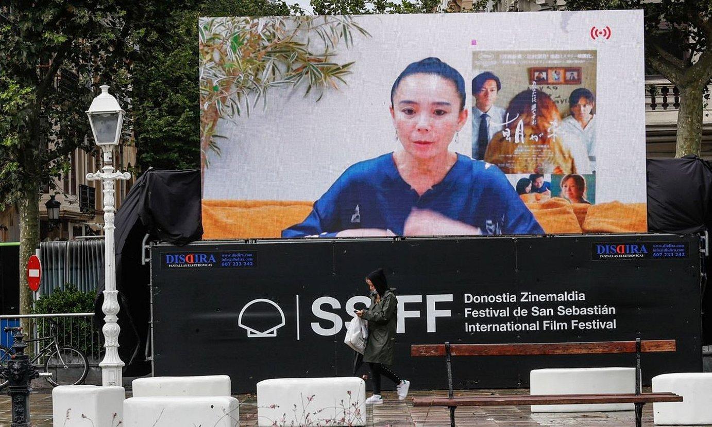 Naomi Kawasek ezin izan du Donostian egon, eta bideokonferentziaz mintzatu zen bere filmaz, atzo. ©JUAN HERRERO / EFE