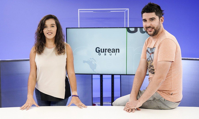Ainara Ruiz eta Beñat Zarrabeitia kazetariak Hamaika telebistaren Bilboko platoan. ©MARISOL RAMIREZ / FOKU