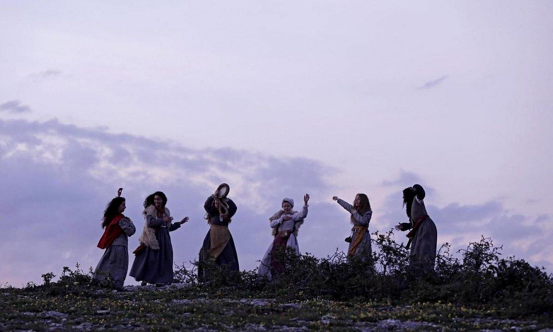 Emakume gazteak festa giroan, <em>Akelarre</em> filmeko fotograma batean. XVII. mendean Euskal Herrian jazotako sorgin ehiza du hizpide pelikulak. ©BERRIA