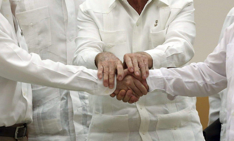 Juan Manuel Santos akordioak sinatu zirenean Kolonbiako presidente zena eta FARCeko buru Rodrigo Londoño elkarri eskua ematen. ©A. L. / EFE