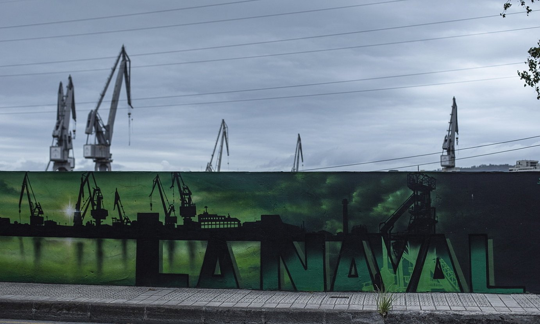 Naval ontziolaren kanpo aldean dauden hormetako bat. Atzean, garabi erraldoi ikonikoak. ©ARITZ LOIOLA / FOKU
