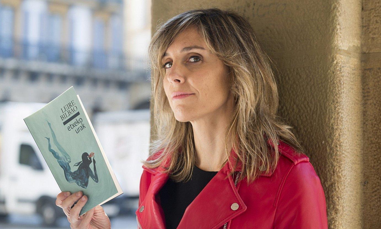 Leire Bilbao idazlea, <em>Etxeko urak</em> bere hirugarren poesia liburua eskuetan, atzo, Donostian egindako aurkezpenaren aurretik. ©JUAN CARLOS RUIZ / FOKU