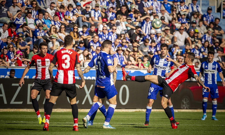 Alaveseko eta Athleticeko jokalariak, aurreko sasoiko derbian. ©JAIZKI FONTANEDA / EFE