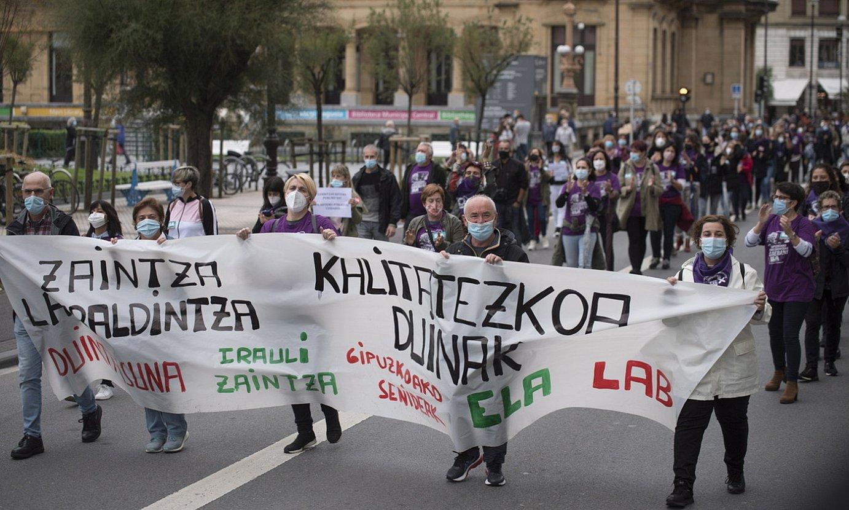 <b>Manifestazioa.</b> Donostiako udaletxe parean, atzo. ©J.C RUIZ / FOKU