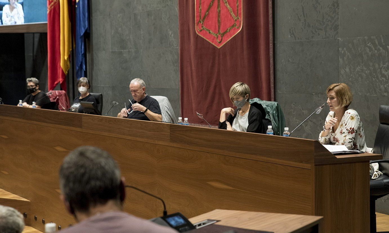 Ezkerretik eskuinera, Olatz Etxabe, Belen Zabala, Fernando Rey (moderatzailea), Maria Jauregi eta Naiara Zamarreño, parlamentuan. ©IÑIGO URIZ / FOKU