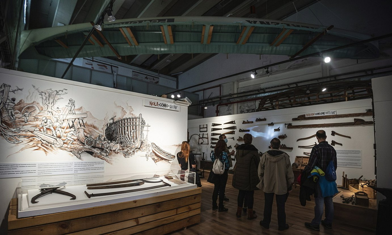 Bisitariak, atzo, XX. mendeko zurezko ontzigintzaren inguruko erakusketan, Bilboko Itsas Museoan. ©ARITZ LOIOLA / FOKU
