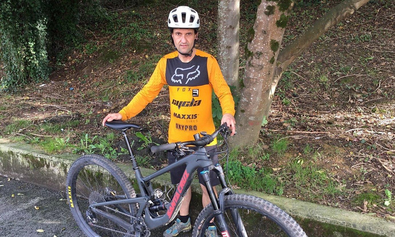<b>Juanjo Esnaola,</b> enduroko bizikletarekin. Halako bizikletak oso garestiak izaten dira. ©BERRIA