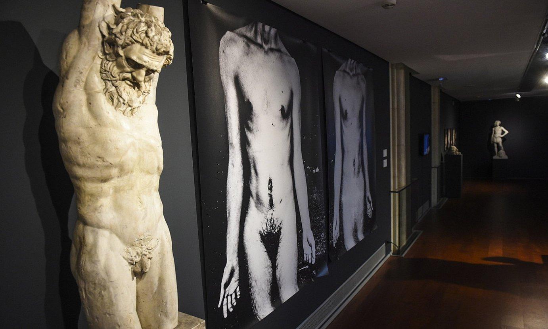 Victor Baladoch artistaren bi argazki, antzinateko artelan klasikoen kopiak biltzen dituen BIlboko Berreginen Museoan. ©MONIKA DEL VALLE / FOKU