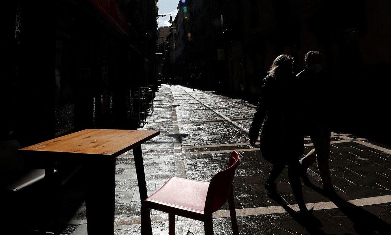 Terraza bateko mahaiak hutsik, Iruñeko San Nikolas kalean. ©JES�S DIGES / EFE