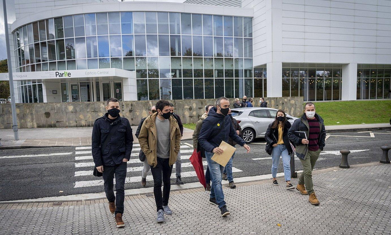 ELA sindikatuko ordezkariak Adegiren egoitzara sartzen, atzo; handik ordu erdira, akordioa iragarri zuten. ©GORKA RUBIO / FOKU
