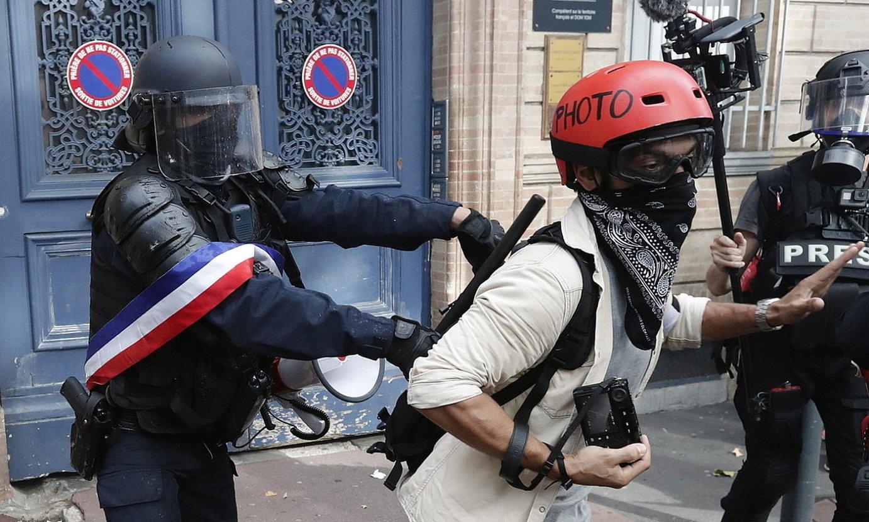 Frantziako polizia bat, argazkilari bat Jaka Horien manifestaziotik botatzen. ©GUILLAUME HORCAJUELO/EFE