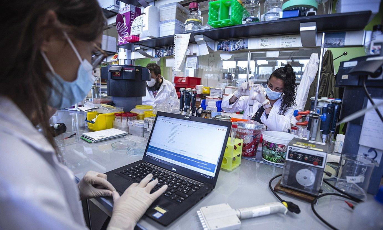 Zientzialariak Biofisika Bizkaia ikerketa zentroan lanean. ©ARITZ LOIOLA / FOKU