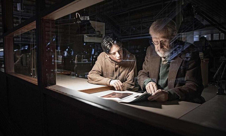 Olavi Launio arte galerista zaharra, bere biloba Ottorekin batera, arteari buruzko liburu bati begira. ©TUNTEMATON MESTARI
